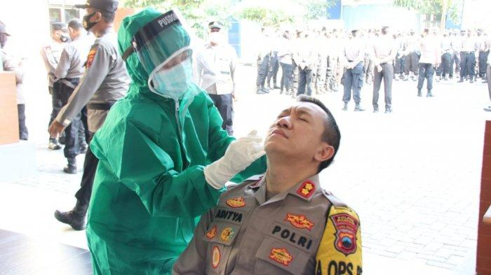 807 Hidung Anggota Polres Kudus Dimasuki Alat Rapid Test Antigen