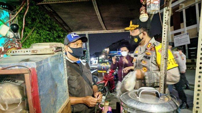 Polres Pati dan Tim Gabungan Patroli PPKM Sambil Bagikan Bantuan Beras pada Ojol dan PKL