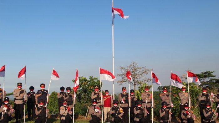 Peringati Hari Kemerdekaan, Kapolres Pati Kibarkan Merah-Putih di Ketinggian 1.356 MDPL