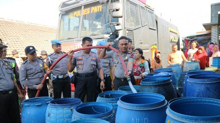 Bantu Warga Kekeringan, Polres Pati Dropping Air Bersih Pakai Water Cannon