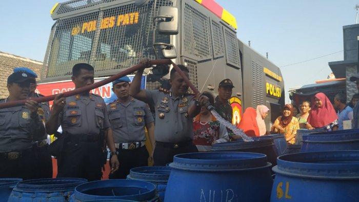 Manfaatkan Water Cannon, Polres Pati Salurkan Bantuan Air Bersih Bagi Warga Terdampak Kekeringan