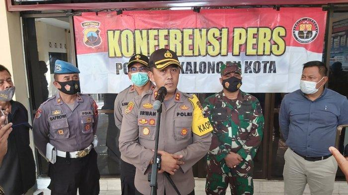 Kapolres Pekalongan Kota AKBP M Irwan Susanto saat menggelar press release di halaman Mapolres setempat.