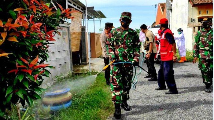 Kapolres Pemalang AKBP Ronny Tri Prasetyo Nugroho, bersama Dandim 0711 Pemalang Letkol Inf Irvan Christian Tarigan, memimpin penyemprotan disinfektan di wilayah Bojongbata, Kecamatan Pemalang, Kamis (11/2/2021).
