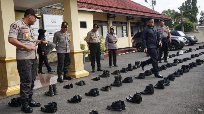Prihatin Lihat Linmas Pakai Sandal Jepit, Kapolres Purbalingga Inisiasi Sumbang Sepatu Layak Pakai