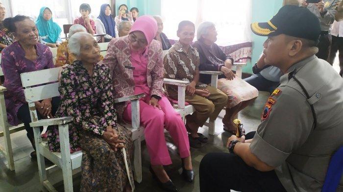 Samsini Terharu Jelang Natal 2019 Dikunjungi Kapolres Salatiga AKBP Gatot Hendro Hartono
