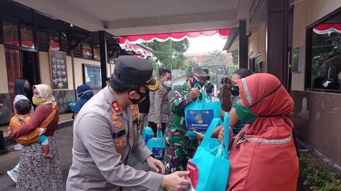 Pedagang Kerupuk Salatiga Senang Dapat Bantuan Sembako
