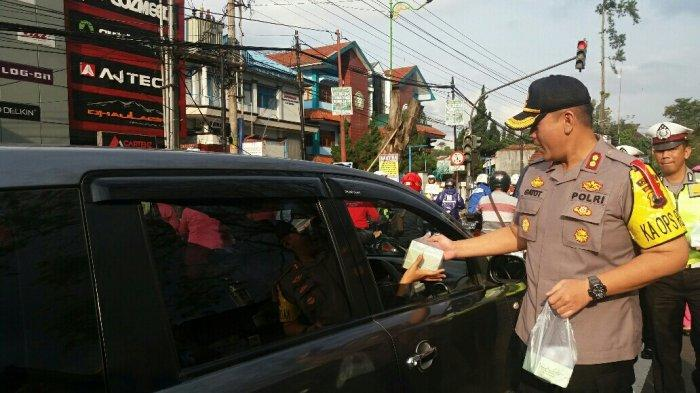 Kapolres Salatiga AKBP Gatot Hendro Hartono Turun Langsung Bagi Takjil di Jalan Diponegoro
