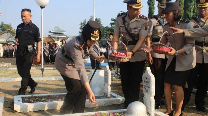 HUT Bhayangkara ke 73, Polres Tegal Kota Tabur Bunga Ke TMP Pura Kusuma Negara