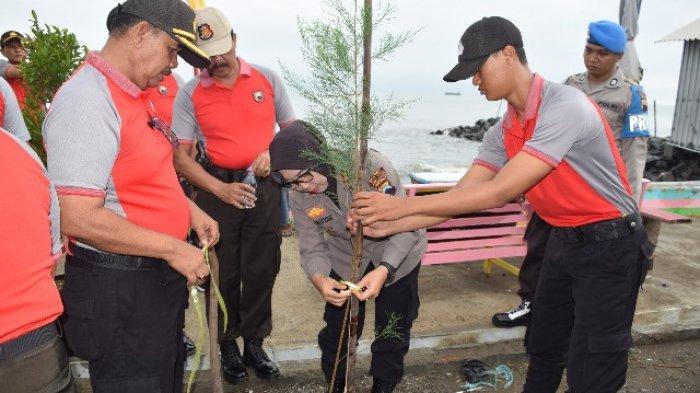 Polres Tegal Kota Tanam 250 Pohon Cemara di Pantai Muarareja