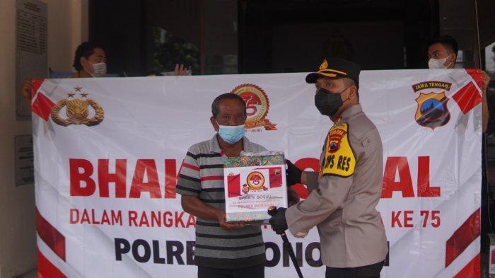 HUT Bhayangkara, Polres Wonogir Bagikan Ratusan Sembako Kepada Warga Terdampak Covid-19