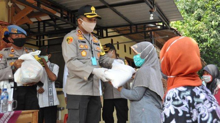 Kapolres Wonogiri Bagi-bagi Ratusan Paket Sembako untuk Pemulung, Ojol hingga Sopir
