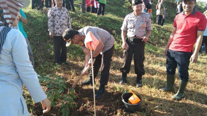 Ini Pesan Gubernur Jawa Tengah Ganjar Pranowo saat Tanam Pohon di Wonogiri