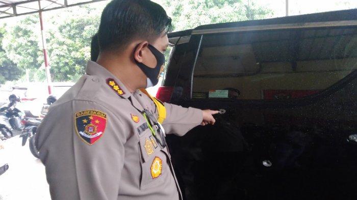 Kapolresta Solo, Kombes Pol Ade Safri Simanjuntak melihat kondisi mobil yang diberondong delapan tembakan di halaman Mapolresta Solo, Rabu (2/12/2020) sore.
