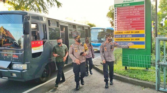 Puluhan Pasien OTG Dijemput Bus Polresta Solo untuk Dibawa ke Tempat Karantina Terpusat