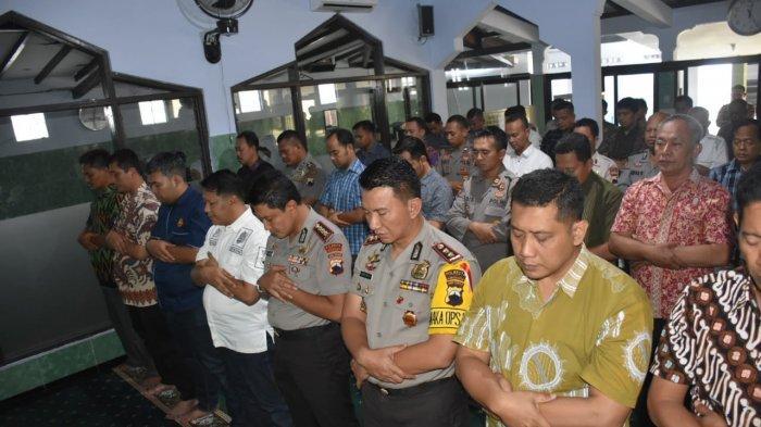 Kapolresta Surakarta Gelar Shalat Ghaib Untuk Awaloedin Djamin