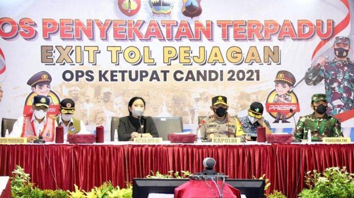Panglima TNI Marsekal Hadi Tjahjanto bersama Kapolri Jenderal Listyo Sigit Prabowo dan Ketua DPR RI Puan Maharani meninjau posko penyekatan di Gerbang Tol Pejagan, Brebes, Minggu (9/5/2021).