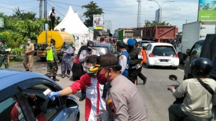 PKM Kota Semarang, Kapolsek Genuk Cek Suhu Tubuh Pengguna Jalan dan Bagikan Masker