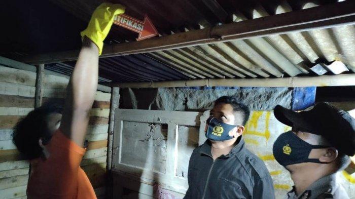 Kapolsek Kajen Iptu Isnovim (tengah) saat mengecek lokasi orang gantung diridi Bandungan Wetan RT 8 RW 3 Kelurahan Kajen, Kecamatan Kajen, Kabupaten Pekalongan, Jawa Tengah.