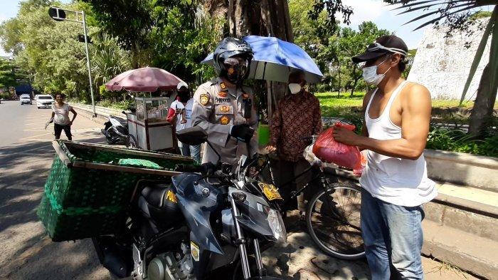 Kapolsek Pasar Kliwon Keliling Naik Motor Bawa Bronjong Bagikan Sembako dan Borong Masker