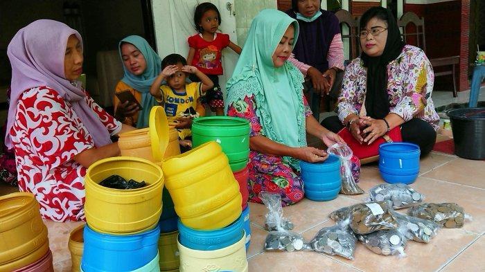 Bongkar Celengan Koin 5 Tahun, Karmi Sampai Dibantu Warga Sekampung Sehari Semalam: Buat Beli Sawah