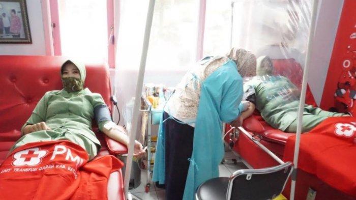 Persatuan Istri Tentara Kartika Chandra Kirana (Persit KCK) Kodim 0736/Batang menggelar kegiatan sosial donor darah di Unit Donor Darah PMI Kabupaten Batang, Selasa (23/3/2021).