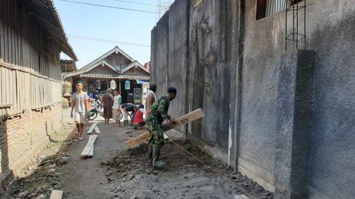 Perbaiki Infrastruktur Desa, Babinsa di Demak Bantu Warga Cor jalan
