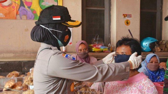 Kasat Binmas Polresta Solo, Kompol Febriani Aer beserta anggota ketika membagikan masker di Pasar Gede Solo, Senin (1/2/2021).
