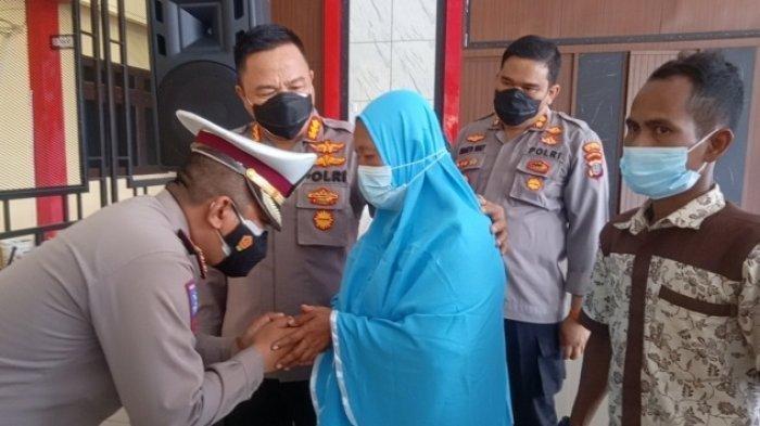 Kompol SL Widodo Kasatlantas Minta Maaf dan Cium Tangan Ibu Korban yang Dianiaya Polisi