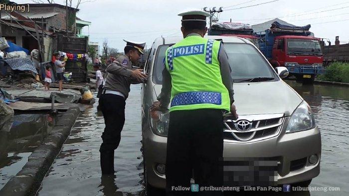 Begini Sikap Kasatlantas AKBP Catur Saat Ada Mobil Mogok di Kawasan Banjir Rob, Ini Videonya