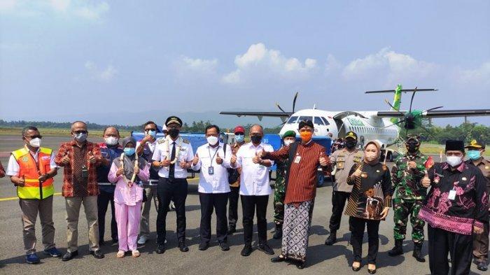 Gubernur Jawa Tengah, Ganjar Pranowo beserta Bupati Purbalingga, Dyah Hayuning Pratiwi dan sejumlah pejabat dari Angkasa Pura II, dan Citilink berfoto bersama di depan pesawat ATR 72-600 Citilink, penerbangan komersil perdana di Bandara Jenderal Soedirman, Purbalingga, pada Kamis (3/6/2021).
