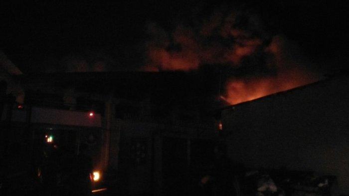 Kurang Oksigen, Sebagian Pemadam Alami Sesak Napas saat Padamkan Api Kebakaran Pabrik Ban di Genuk
