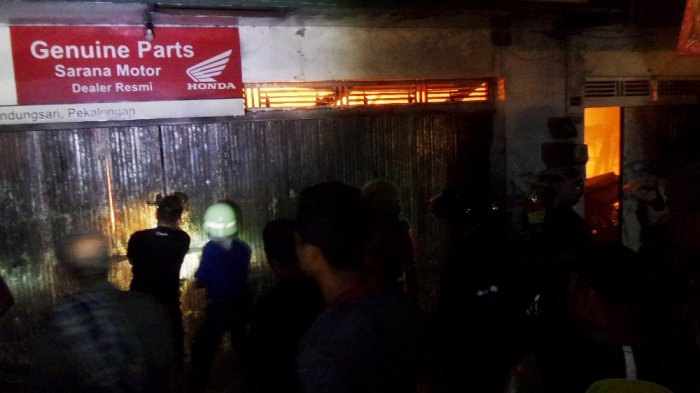 Warga Merangsek ke Bangunan yang Terbakar di Pekalongan, Petugas Kesulitan Padamkan Api