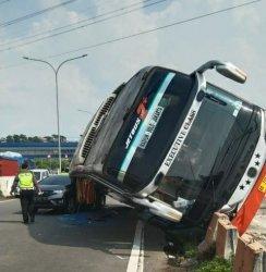 Kecelakaan antara bus Rosalia Indah dan Honda Jazz terjadi diexit Tol Krapyak KM 420+500, Kota Semarang, Kamis (10/6/2021).