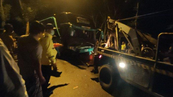 Situasi kecelakaan beruntun melibatkan satu bus dan tiga mobil pribadi, terjadi di Jalan Raya Sokaraja - Purbalingga, Desa Banjarasari Kidul, Kecamatan Sokaraja, Rabu (23/6/2021).