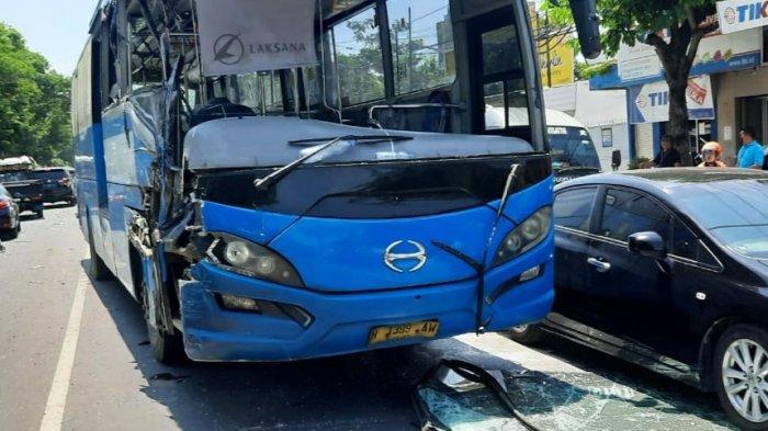 Bus BRT Semarang Sasak Truk Engkel di Jalan Brigjen Sudiarto: Pintu Bus Terlepas