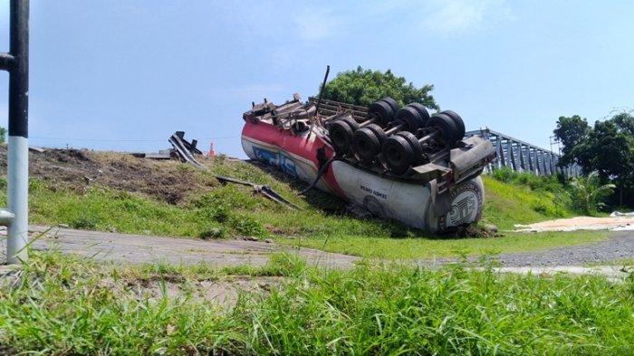 Kecelakaan di Kendal, Truk Tangki Semen Curah Terjang Pagar Jalan Lalu Terguling