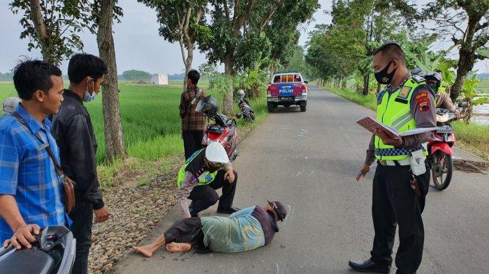 Muhtadi Peragakan Posisi Dewi Tergeletak Kecelakaan Tertabrak Motor Revo di Jalan Kesesi Pekalongan
