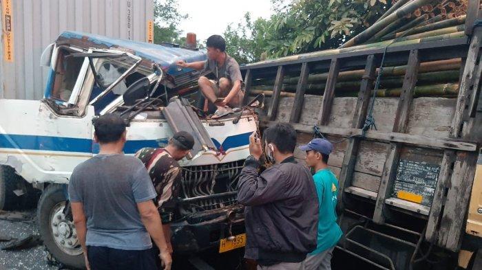 Kronologi Kecelakaan Truk Trailer Vs Truk Muatan Bambu di Tol Semarang