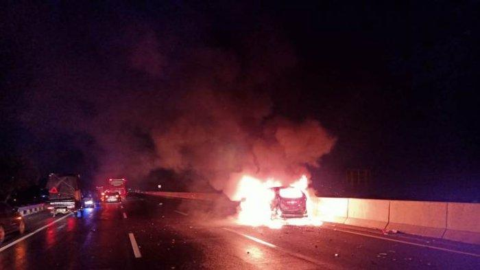 BREAKING NEWS: Kecelakaan di Tol Ungaran Semarang, Seruduk Truk Avanza Hangus Terbakar