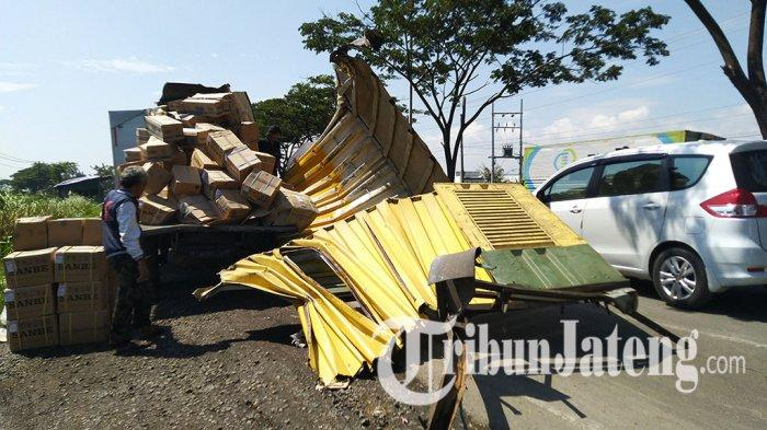 Mobil Boks Infus dan Susu Bubuk Tabrak Truk di Kendal