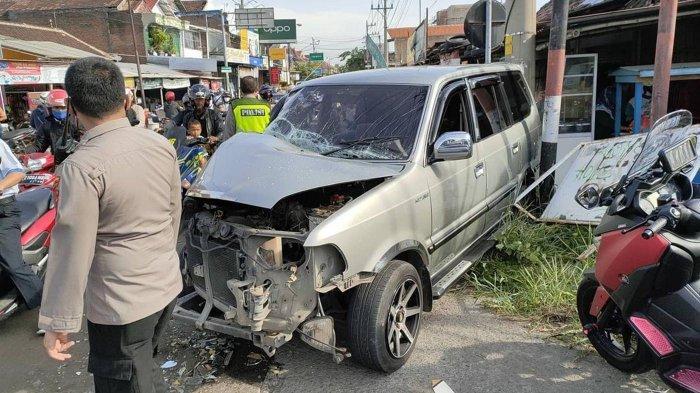 Kronologi Kecelakaan Mobil Kijang Remuk Tabrak Bus di Sritex Sukoharjo
