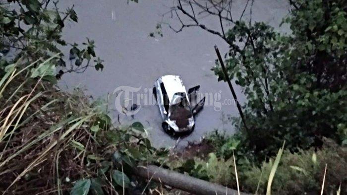 Mobil Ayla Putih Plat H Terjun Bebas Masuk Sungai Galuh Wonosobo