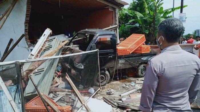 Kecelakaan Mobil Pikap Keluar Jalan Tabrak Ruko di Purbalingga