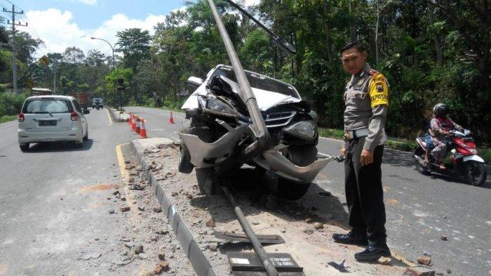 Mobil Ringsek Hantam Tiang Listrik Seusai Tabrak Motor, Begini Kronologi Kecelakaan di JLS Salatiga