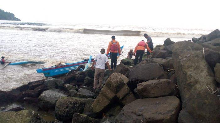 Dua Nelayan yang Jago Renang Selamat di Pantai Jetis