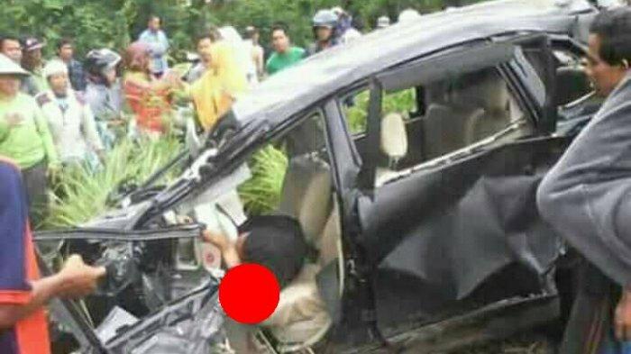 Inilah Foto-foto Kecelakaan Mobil Tertabrak Kereta di Pekalongan