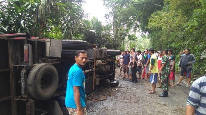 Truk Pengangkut Tabung Gas Terguling Tabrak Mobil dan Motor di Purbalingga