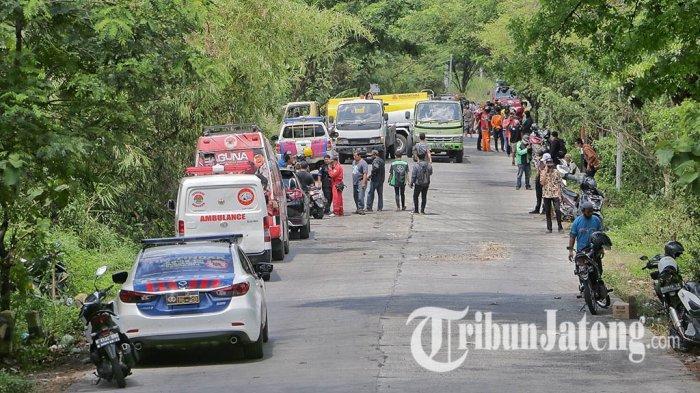 Petugas berdatangak ke lokasi kecelakaan maut di turunan Sigar Bencah, Kecamatan Tembalang, Kota Semarang, Kamis (9/9/2021).