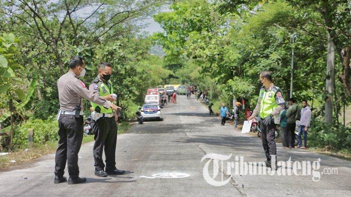 Polisi melakukan pengecekan di lokasi kecelakaan maut di turunan Sigar Bencah, Kecamatan Tembalang, Kota Semarang, Kamis (9/9/2021).