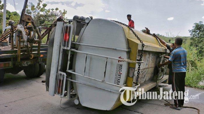 Sejumlah orang berupaya mengevakuasi truk yang terlibat kecelakaan maut di turunan Sigar Bencah, Kecamatan Tembalang, Kota Semarang, Kamis (9/9/2021).
